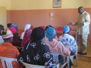 Le Maire de Makalondi échangeant avec les bénéficiaires